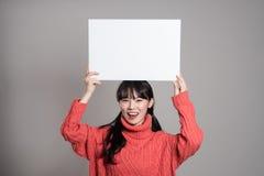 Pracowniany portret lata dwudzieste Azjatycka kobieta trzyma billboard z szczęśliwym uśmiechem Fotografia Royalty Free