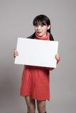 Pracowniany portret lata dwudzieste Azjatycka kobieta trzyma billboard z szczęśliwym uśmiechem Obraz Stock