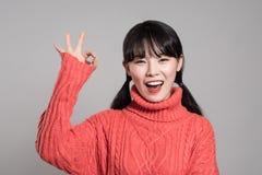 Pracowniany portret lata dwudzieste Azjatycka kobieta wskazuje przy coś z palcem i jest szczęśliwy Fotografia Royalty Free
