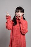 Pracowniany portret lata dwudzieste Azjatycka kobieta wskazuje przy coś z palcem i patrzeje zaskakujący Zdjęcie Stock