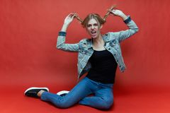 Pracowniany portret młody żeński nastolatek w przypadkowych ubraniach wyrażeniowy figlarnie grymas zdjęcia royalty free
