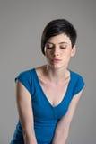 Pracowniany portret młody zadumany mody piękno patrzeje w dół fotografia stock