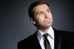 Pracowniany portret myślący młody biznesowy mężczyzna Zdjęcie Stock