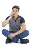 Pracowniany portret Opowiada Na telefonie komórkowym nastoletni chłopak Zdjęcia Royalty Free