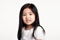 Pracowniany portret patrzeje szczęśliwy w frontowym widoku Azjatycka dziewczyna Zdjęcie Stock