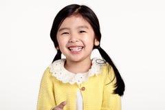 Pracowniany portret patrzeje szczęśliwy w frontowym widoku Azjatycka dziewczyna Obraz Stock