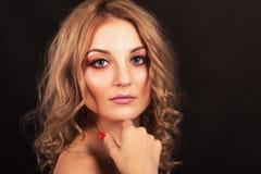 Pracowniany portret Piękna dziewczyna z wieczór makijażem na czarnym tle obraz royalty free