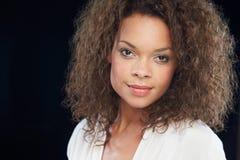 Pracowniany portret Piękna kobieta Przeciw Czarnemu tłu zdjęcia royalty free