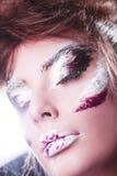 Pracowniany portret piękna kobieta z kreatywnie makijażem Zdjęcia Stock