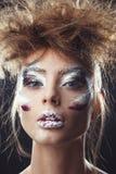 Pracowniany portret piękna kobieta z kreatywnie makijażem Zdjęcia Royalty Free