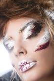 Pracowniany portret piękna kobieta z kreatywnie makijażem Fotografia Stock