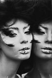 Pracowniany portret piękna kobieta z kreatywnie makijażem czerń Obrazy Royalty Free