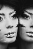 Pracowniany portret piękna kobieta z kreatywnie makijażem czerń Obraz Royalty Free