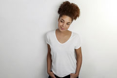 Pracowniany portret piękna młoda amerykanin afrykańskiego pochodzenia kobieta Zdjęcia Stock