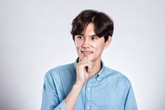Pracowniany portret przystojny azjatykci mężczyzna ma szczęśliwego zmartwienie zdjęcia stock