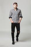 Pracowniany portret przystojny elegancki młody człowiek w przypadkowych ubraniach Zdjęcie Stock