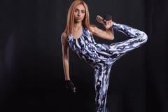 Pracowniany sprawności fizycznej photoshoot z dziewczyną ma wielki flexibilty na czarnym tle zdjęcie royalty free