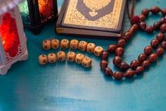 Pracowniany ustawianie strzał zaświecający lampion - pokazywać Ramadan kareem sposób błogosławiący Ramadan wita świętowanie konce obraz royalty free