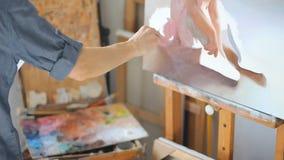 Pracowniany warsztat fachowego artysty Wielki set obrazki stoi z rzędu blisko ściany Pełen wdzięku muśnięć uderzenia zdjęcie wideo