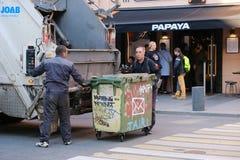 Pracownicy śmieciarska ciężarówka ściągają śmieci od ulicznych zbiorników Petersburg Rosja 05 14 2019 fotografia royalty free