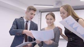 Pracownicy biurowy nauka rozkład sprzedaże i zadawalający z rezultatem lider zdjęcie wideo