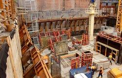 Pracownicy budowlani buduje podstawę dla wielo- kompleksu centrum Fotografia Royalty Free