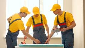 Pracownicy budowlani dyskutuje nowego projekta plan zdjęcie stock