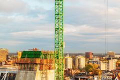 Pracownicy budowlani na górze wysokiego budynku obok Grote Zdjęcie Royalty Free