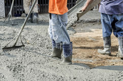 Pracownicy budowlani nalewa cement na drodze Obraz Royalty Free