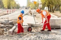 Pracownicy budowlani naprawia drogę Obraz Stock