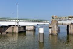 Pracownicy budowlani naprawia most Afsluitdijk w holandiach Fotografia Stock