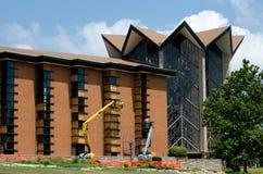 Pracownicy budowlani naprawiają punkt zwrotny kaplicę Fotografia Stock