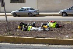 Pracownicy budowlani odpoczywa na ulicie przy porą lunchu Fotografia Stock