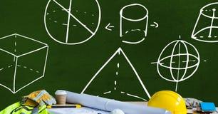 Pracownicy budowlani odzieżowi i architekt rzeczy na stole z diagramów pomiarami na blackboard Obraz Stock