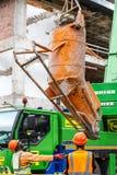 Pracownicy budowlani podnosi w górę cementowego melanżeru na budowie fotografia stock