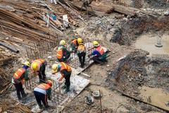 Pracownicy budowlani pracują w kondominium budowie Zdjęcia Royalty Free