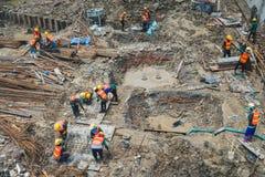 Pracownicy budowlani pracują w kondominium constructio Zdjęcie Stock