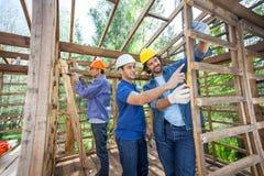 Pracownicy Budowlani Pracuje W Drewnianej kabinie Zdjęcie Stock