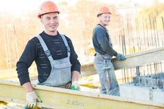 Pracownicy budowlani przy budować terenu narządzania betonu pracy obrazy stock