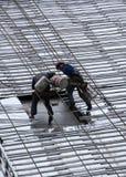 Pracownicy budowlani rappel puszek twarz budynek Fotografia Stock