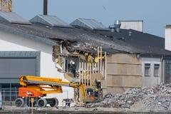 Pracownicy budowlani robi naprawom na bibliotece w Vordingborg fotografia royalty free