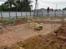 Pracownicy budowlani używa dziecko rolownika compactor Zdjęcia Stock
