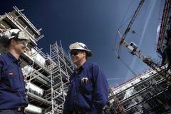 Pracownicy budowlani wśrodku placu budowy Zdjęcia Stock