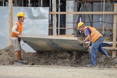 Pracownicy budują ogrodzenie Fotografia Royalty Free