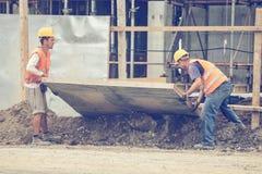 Pracownicy budują ogrodzenie 3 Obraz Royalty Free