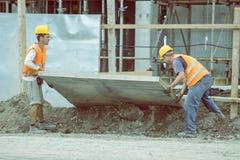 Pracownicy budują ogrodzenie 4 Obrazy Royalty Free