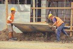 Pracownicy budują ogrodzenie 5 Obrazy Stock