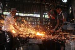 Pracownicy byli robić żelazna kuźnia kindżał Zdjęcia Royalty Free