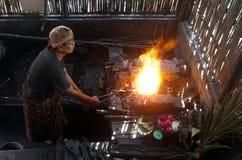 Pracownicy byli robić żelazna kuźnia kindżał Fotografia Royalty Free