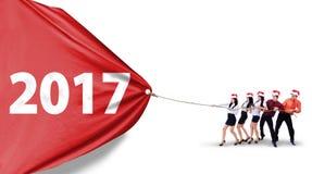 Pracownicy ciągnie liczbę 2017 w studiu Obrazy Stock